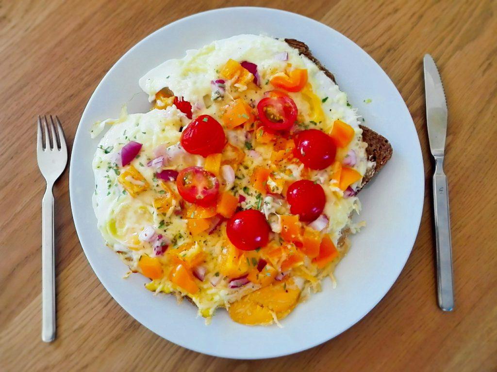 egg pizza met groenten en kaas
